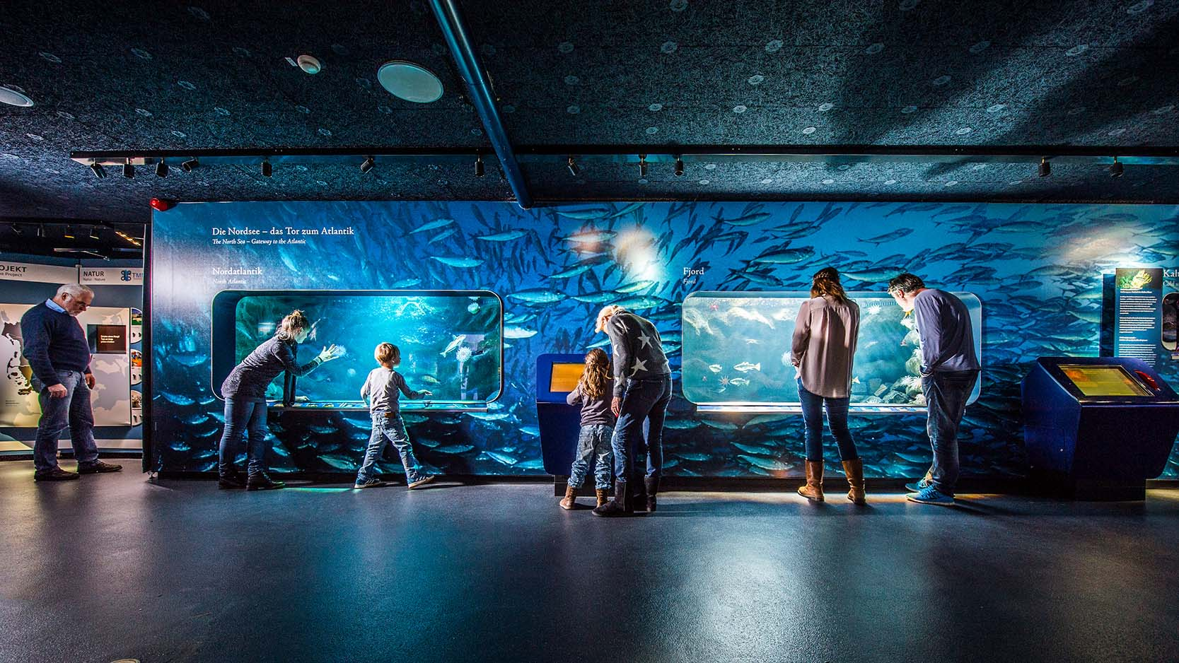 Familie vorm Nordsee-Aquarium im Multimar Wattforum